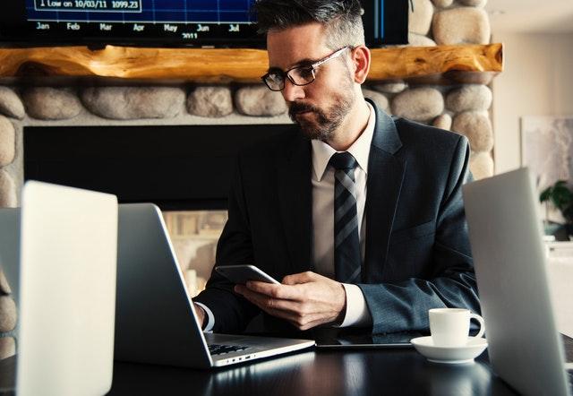 barbat la laptop vorbeste la telefon Barbat vorbeste la telefon Tehnici de abordare telefonică în vânzările Business 2 Business