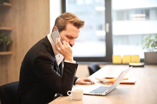 Barbat vorbeste la telefon Tehnici de abordare telefonică în vânzările Business 2 Business