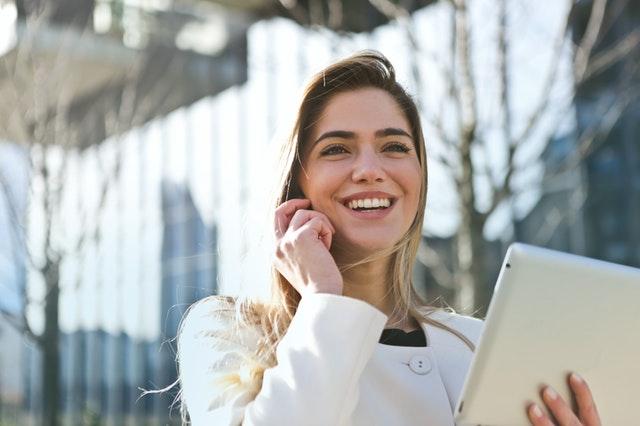 Femeie are tableta si vorbeste la telefon Barbat vorbeste la telefon Tehnici de abordare telefonică în vânzările Business 2 Business